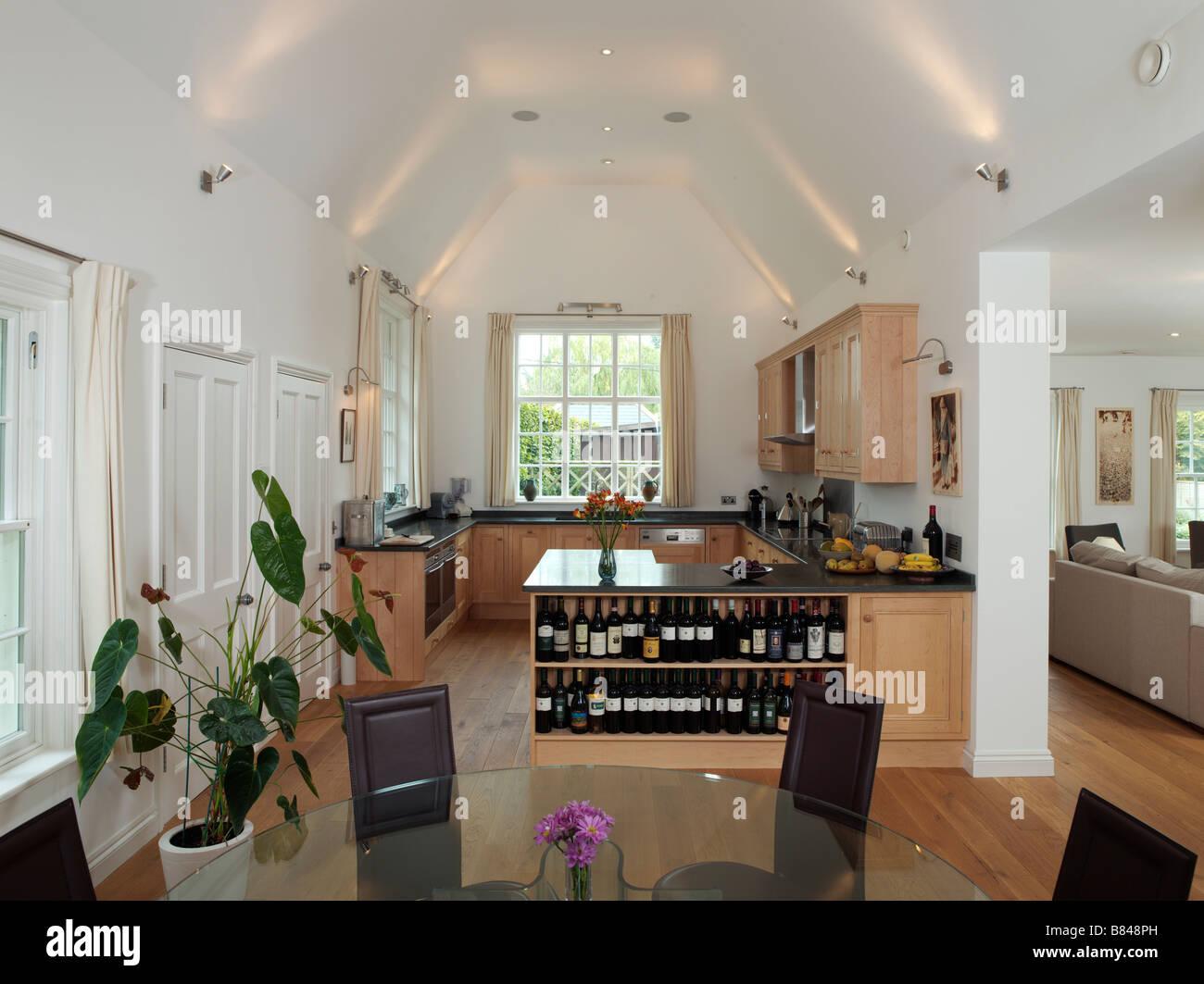 offene Küche und Esszimmer mit Weinregale und Blick zum Wohnzimmer ...