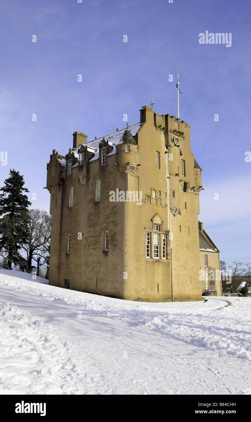 Außenansicht des Crathes Castle und einen Garten in der Nähe von Banchory, Aberdeenshire, Schottland, Stockbild