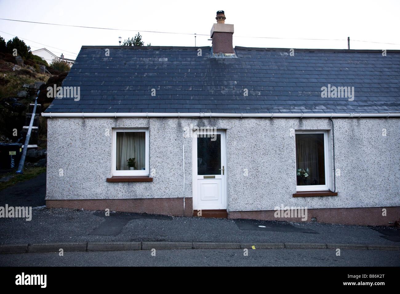 außen kleines einfaches Haus in Tarbert, Harris, Schottland. UK ...