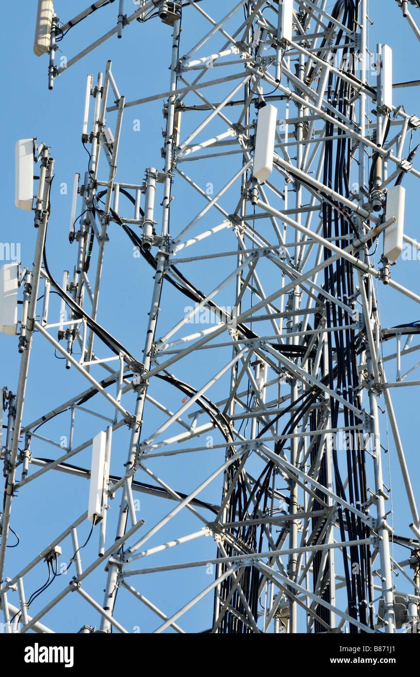 Grafik nach oben in der Nähe eines Mobiltelefons Turm mit Antennen für Mobiltelefone Mobiltelefone mit Stockbild