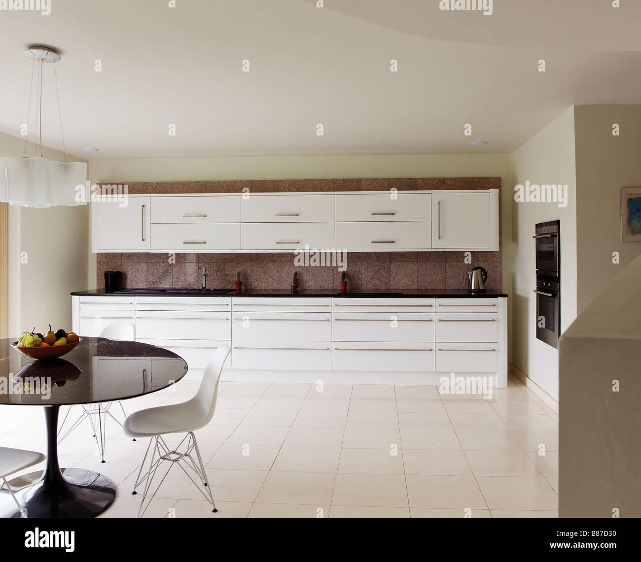 Moderne Weiße Küche Mit Runder Esstisch Und Obstschale