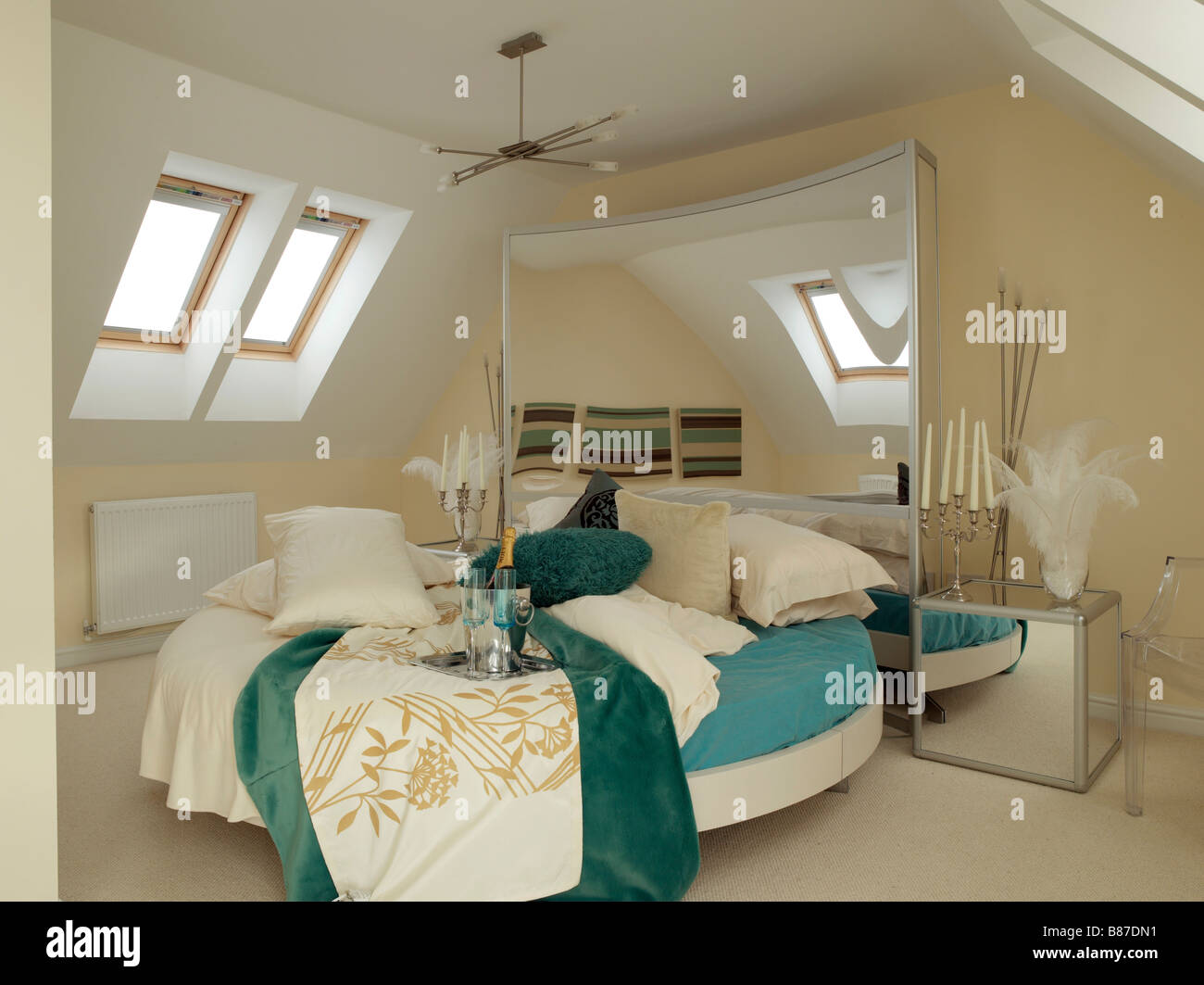 Schlafzimmer Mit Rundbett Tag Und Velux Fenster In Blau Und Creme