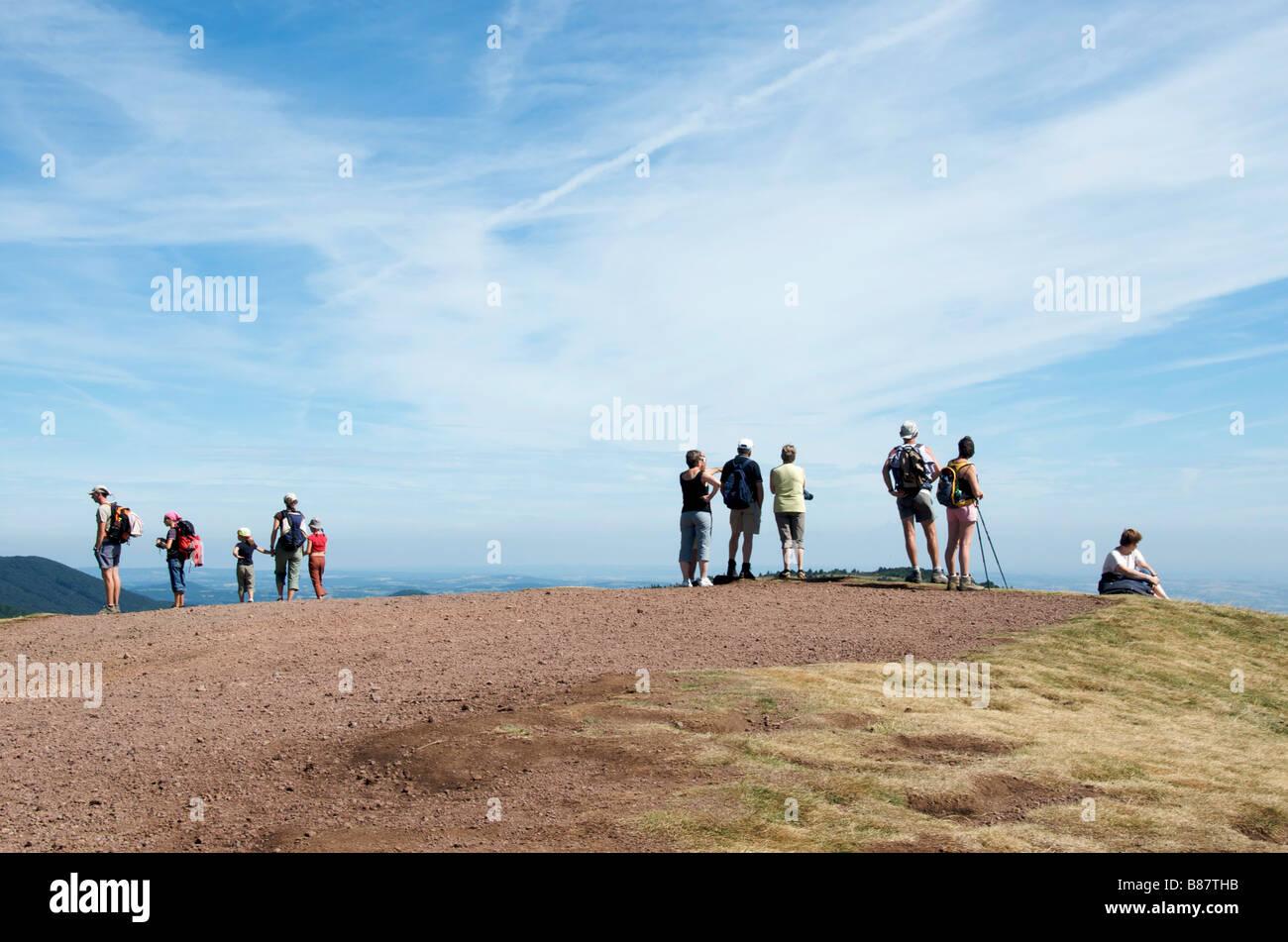 Wanderer vor dem Vulkan Puy de Dome im Chaîne des Puys, Massif Central, Auvergne, Frankreich Stockbild