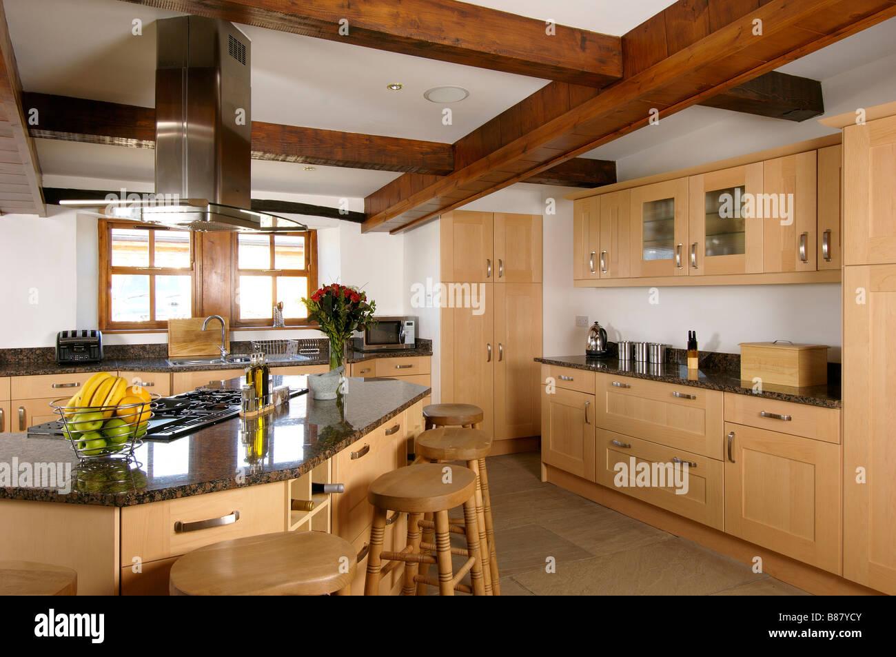 große Küche mit Kochinsel Einheit und Frühstück Bar aus Holz ...