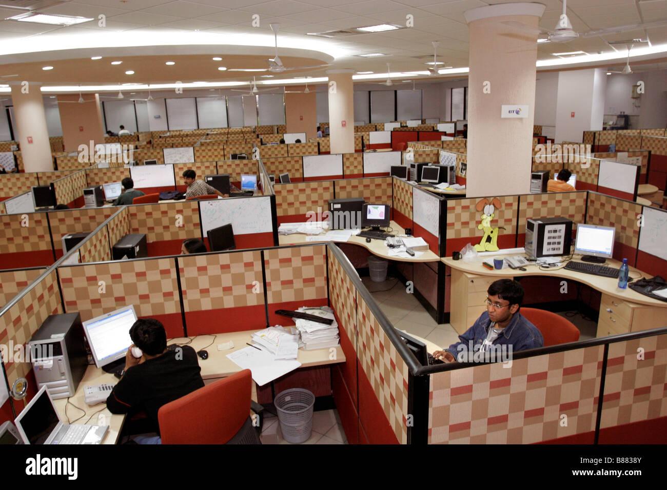 Ein Blick ins Innere der Büroarbeit wo indische Computertechniker Hauptquartier der Infosys in Bangalore in Indien Stockfoto
