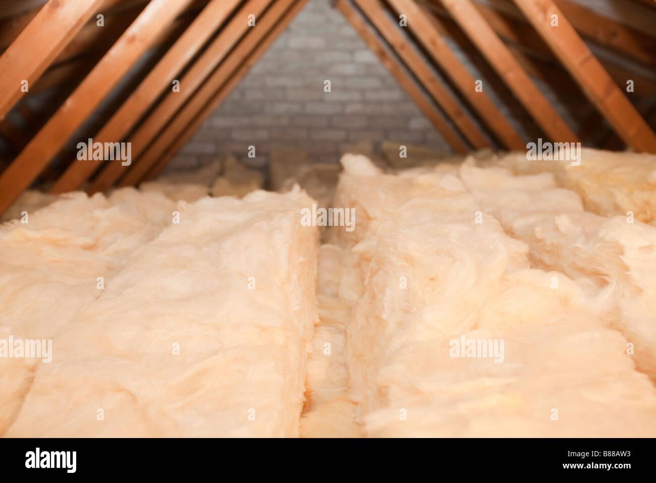 Dachdämmung zu reduzieren Wärmeverluste in einem Haus loft Stockbild