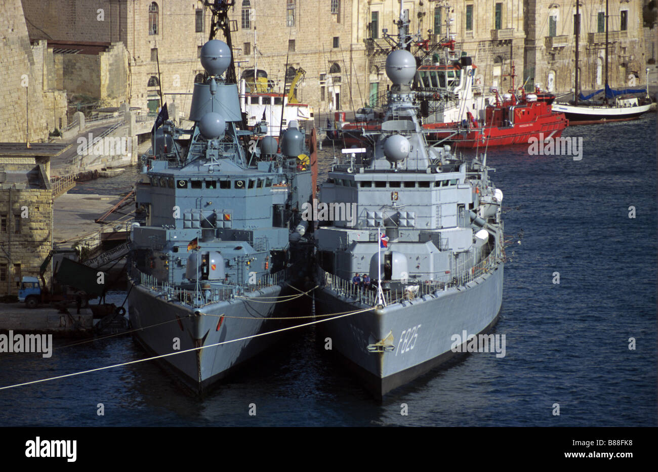 Schlachtschiffe oder Marineschiffe im Grand Harbour oder im Hafen von Valletta, Malta Stockbild