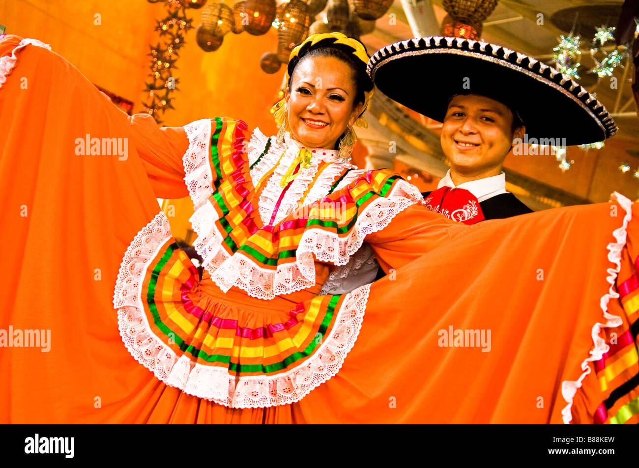Paar in Tracht von Jalisco an folkloristischen sauber zeigen in Mazatlan Mexiko Stockbild
