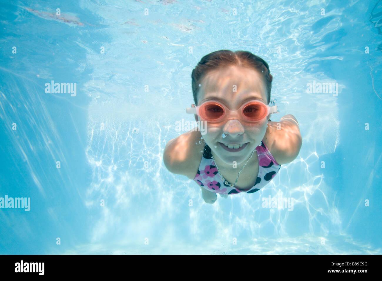 Mädchen Schwimmen unter Wasser Stockfoto
