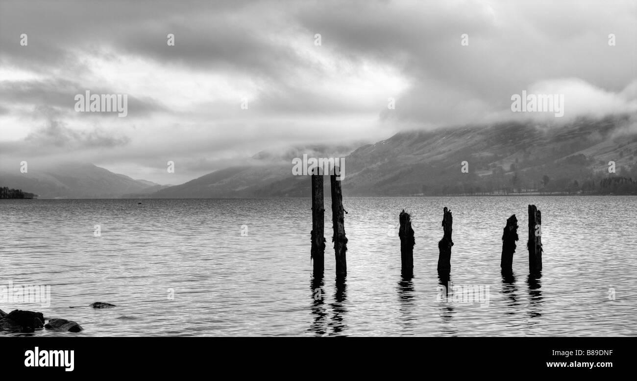 Pier-Beiträge am Loch Earn Stockbild