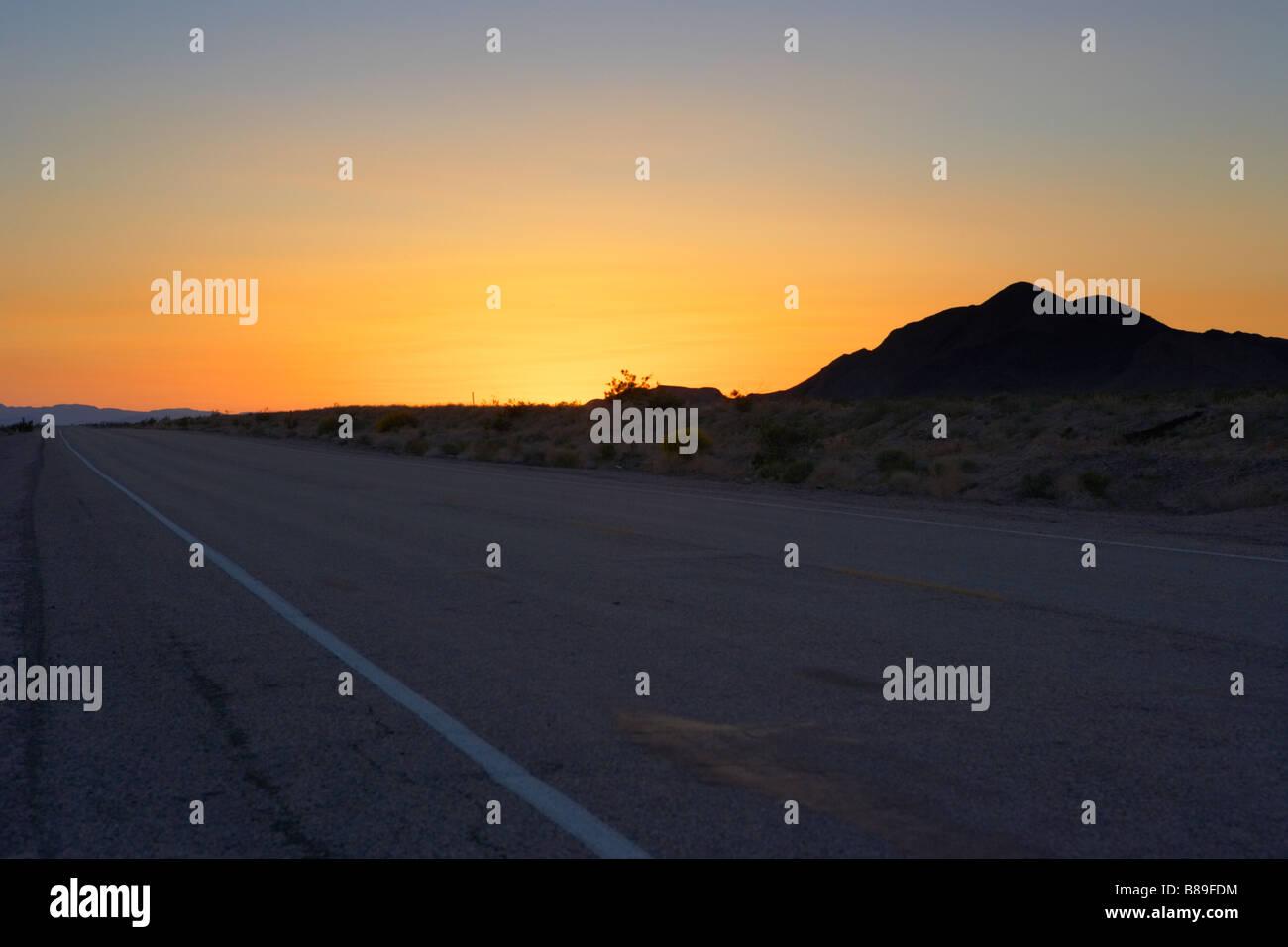 Verlassenen Straße in Mojave-Wüste Kalifornien Vereinigte Staaten von Amerika Stockbild
