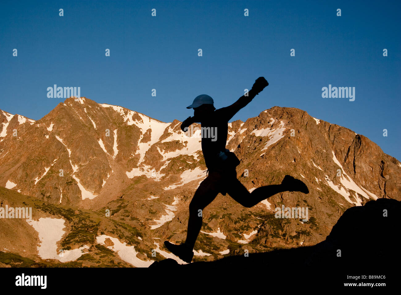 Ein Mann Trailrunning im Rocky Mountain National Park in der Route zu Lost und Husted See Stockbild