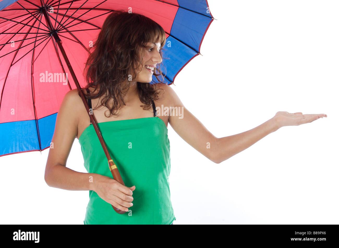 attraktive Frau mit Regenschirm ein weißer Hintergrund Stockbild
