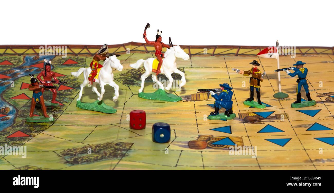 Spielzeug-Cowboys und Indianer in 1963 Waddington Brettspiel-Klassiker Schlacht von Little Big Horn verwendet Stockfoto