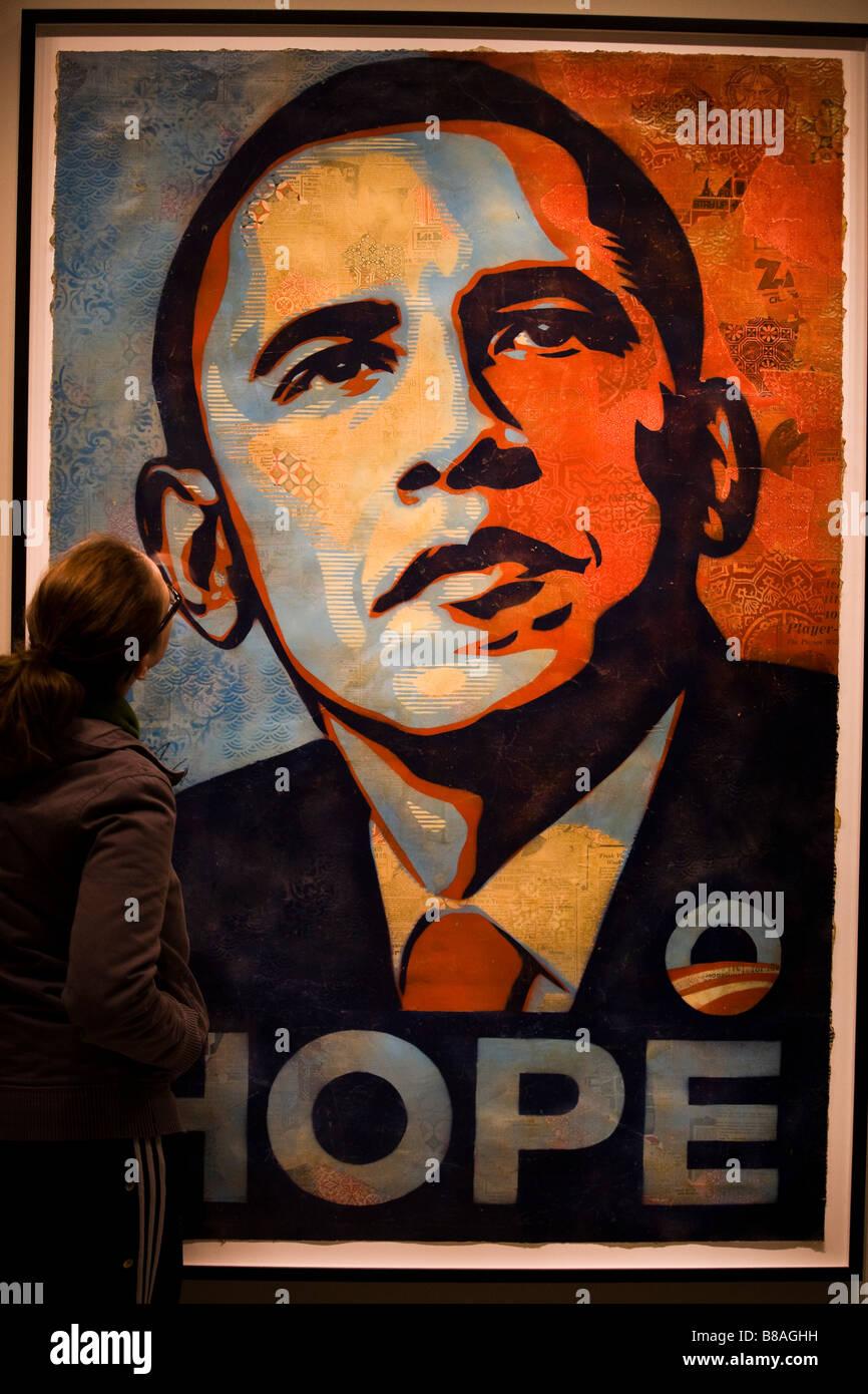 Eine junge Frau, die Barak Obama Hope Malerei hautnah - Washington, DC USA anzeigen Stockfoto