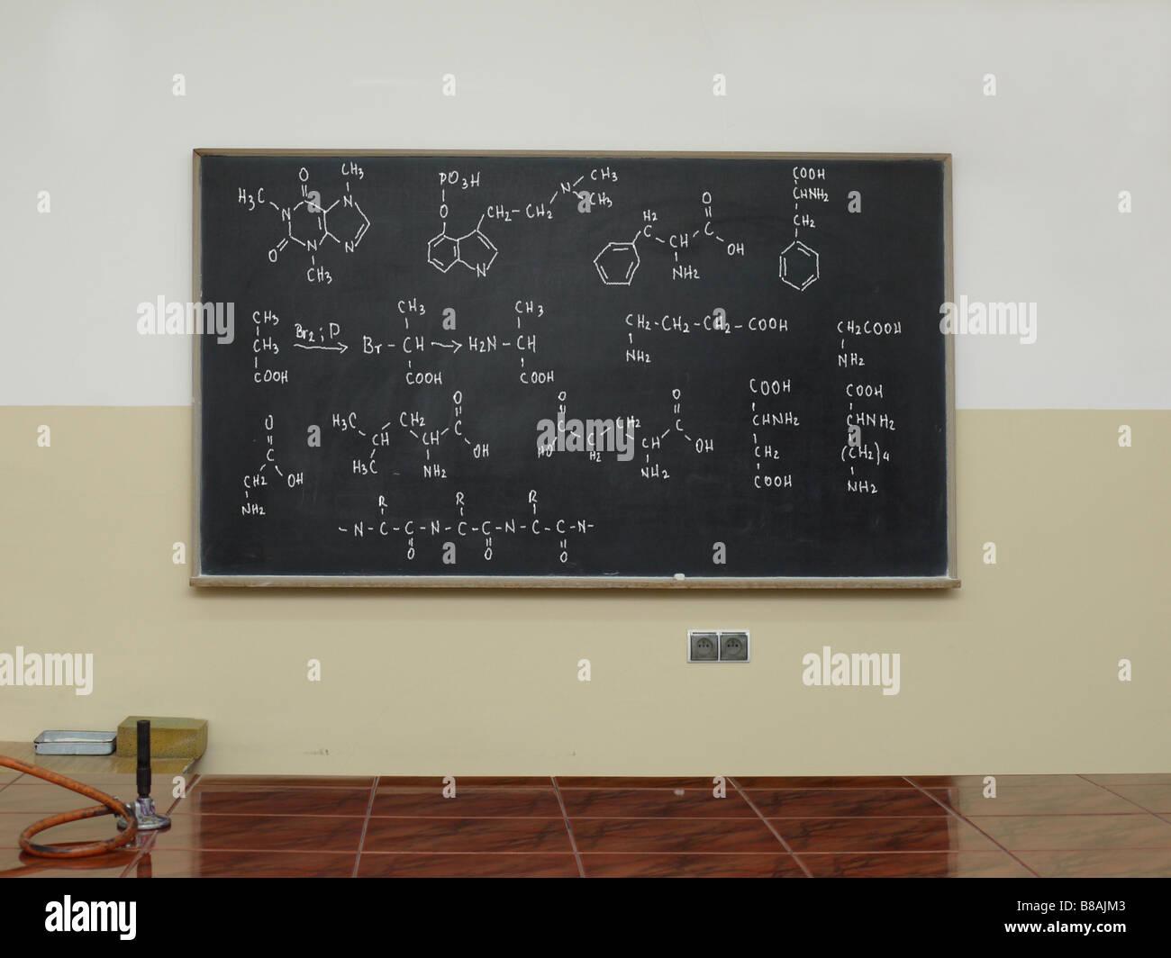 Tafel geschrieben mit zusammengesetzten chemischen Formeln Stockbild