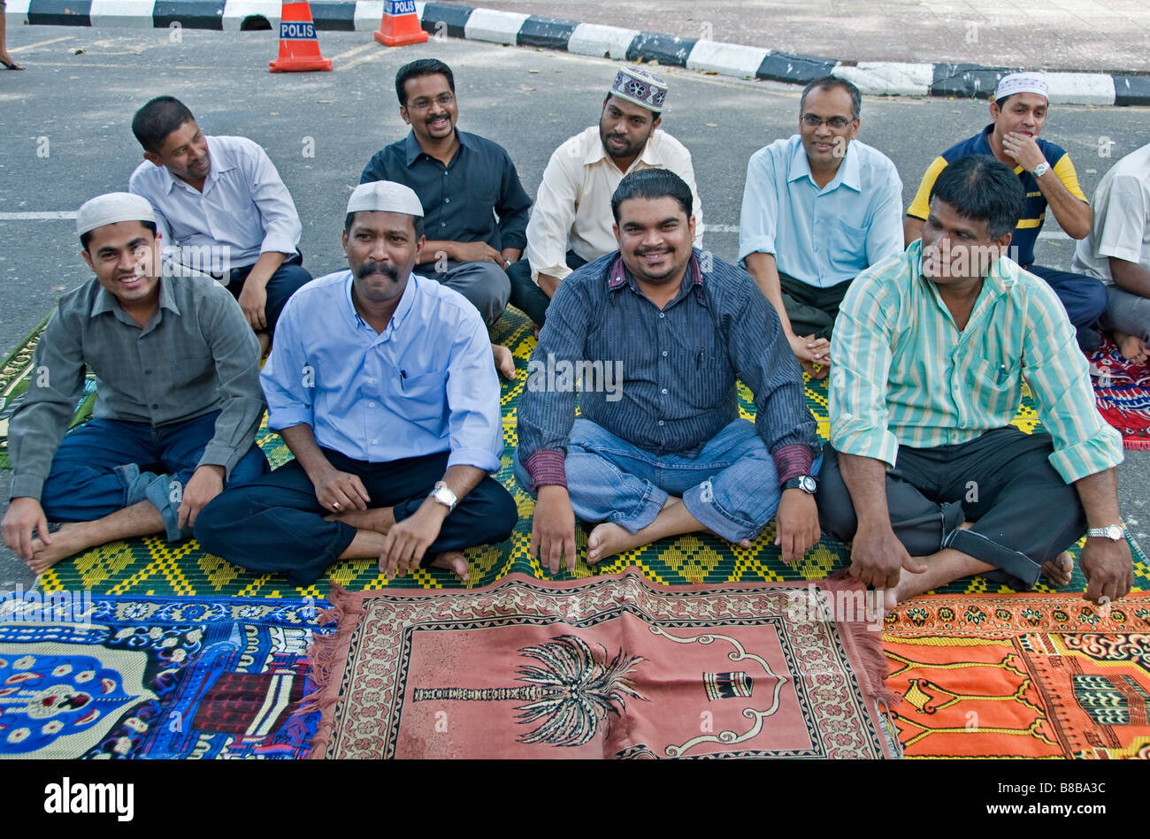 Malaysia Freitagsgebet Männer beten in der Straße Jalan Masjid India ...
