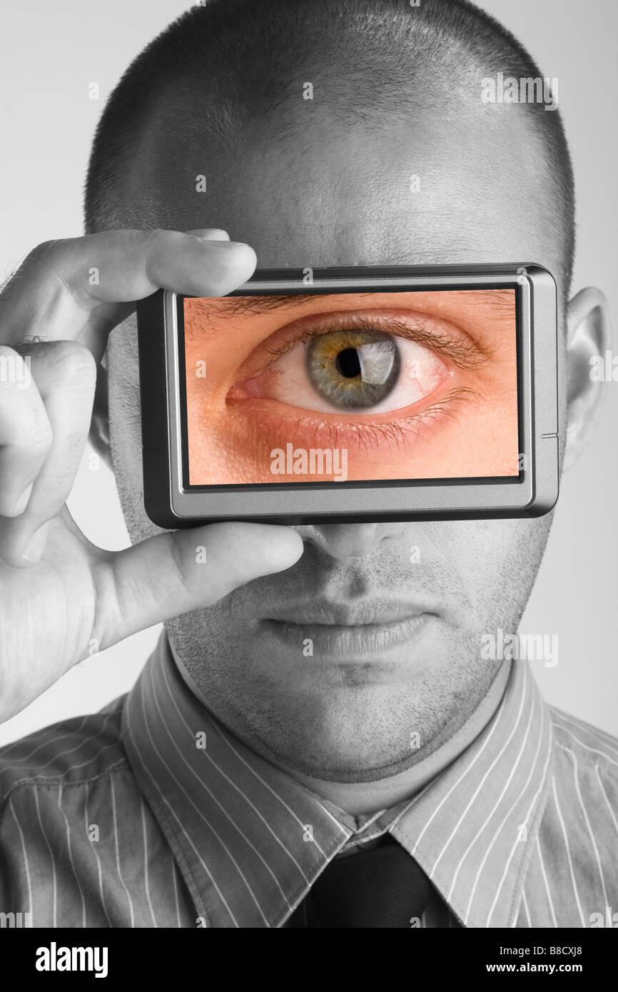 Geschäftsmann hält Bildschirm Monitor zeigt Bild eines Auges Stockbild