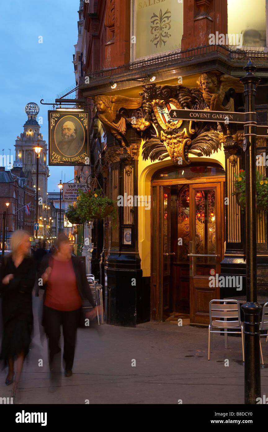 traditionelle Londoner Pub nr Covent Garden mit dem Globe Theatre darüber hinaus, das West End, London, UK Stockbild