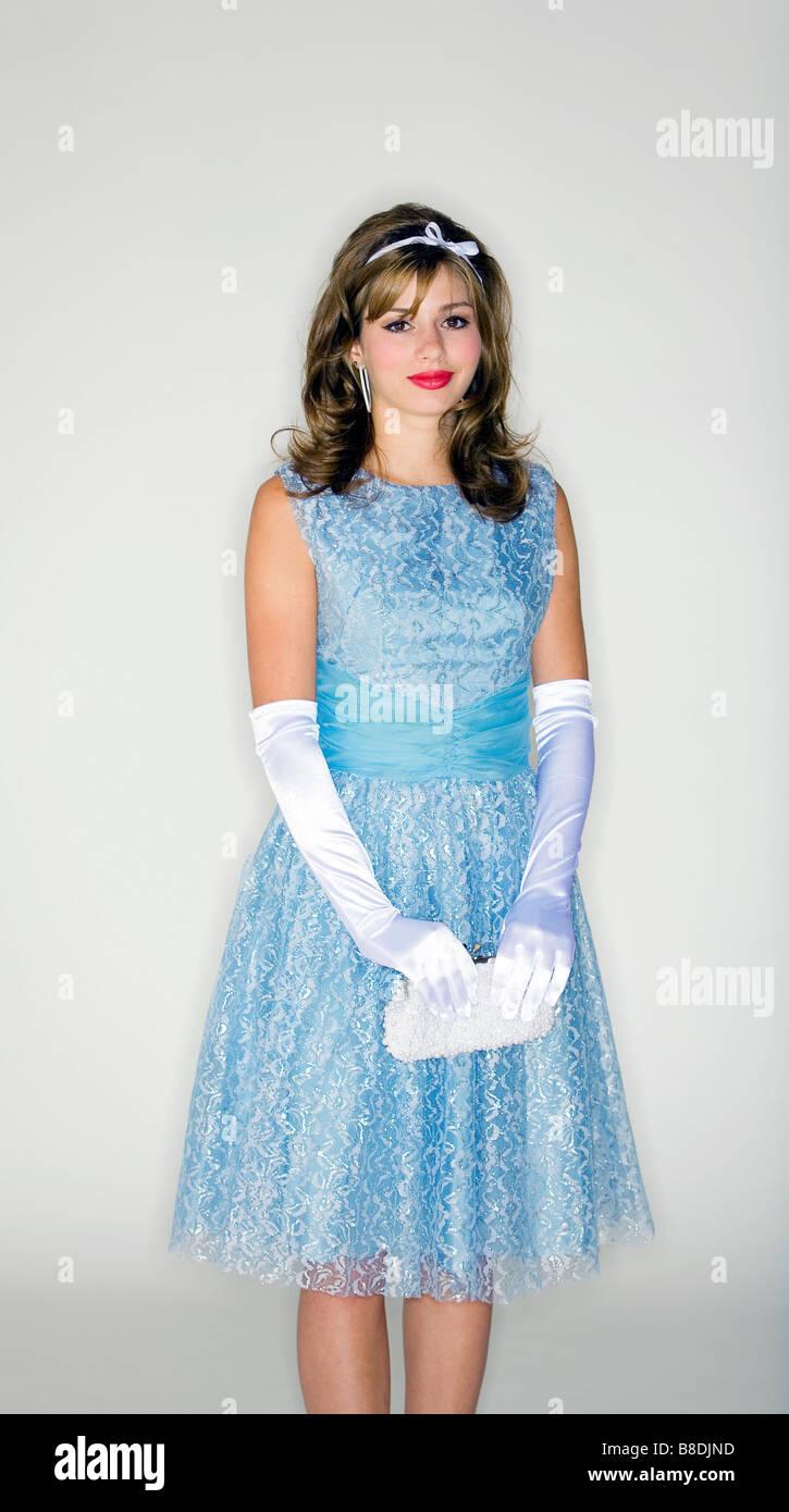 50er Junge Und Accessoires Frau Jahre Stil Kleid Stockfoto Trägt yvm0wOnN8