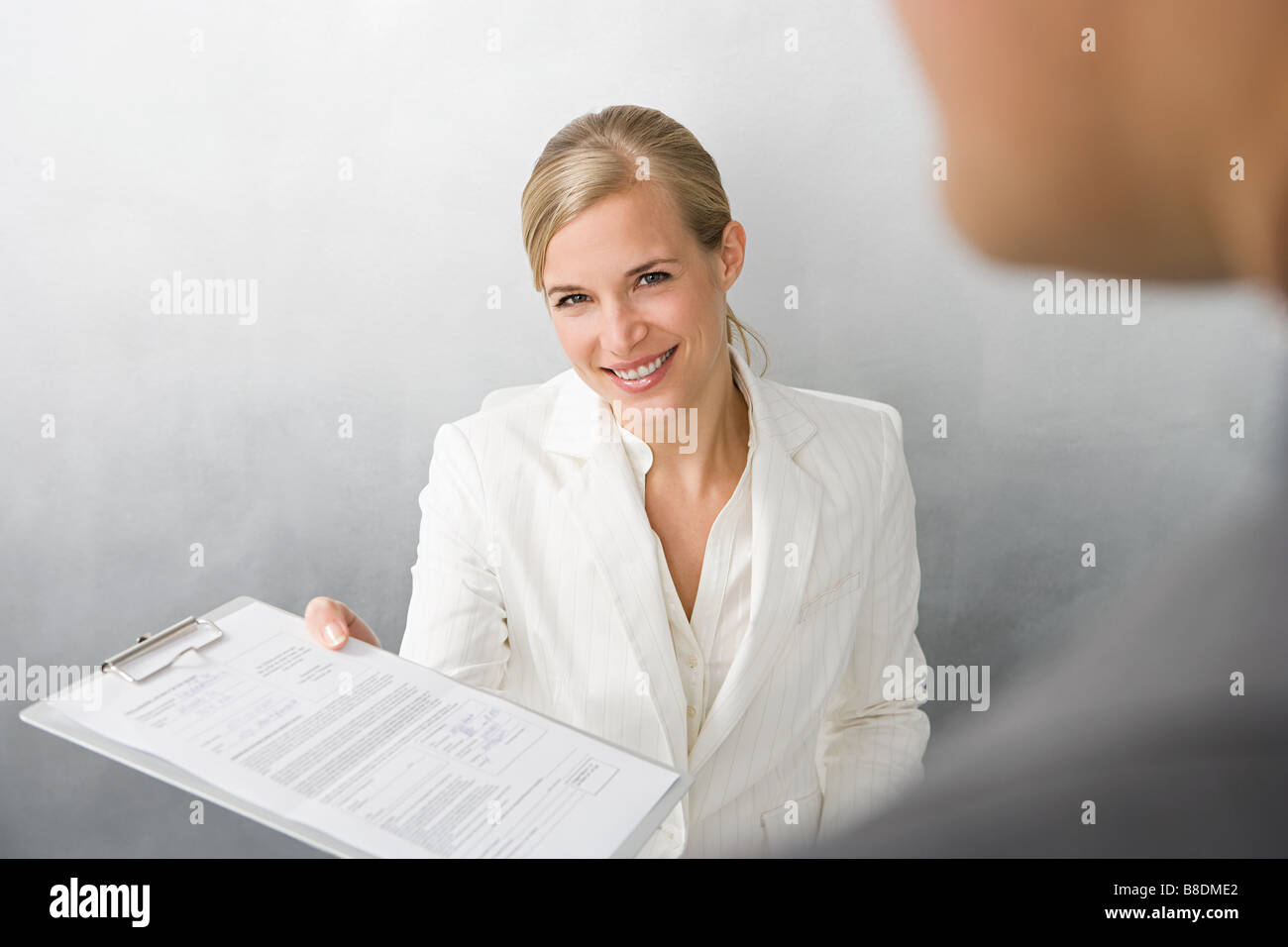 Frau mit Form in Zwischenablage Stockbild