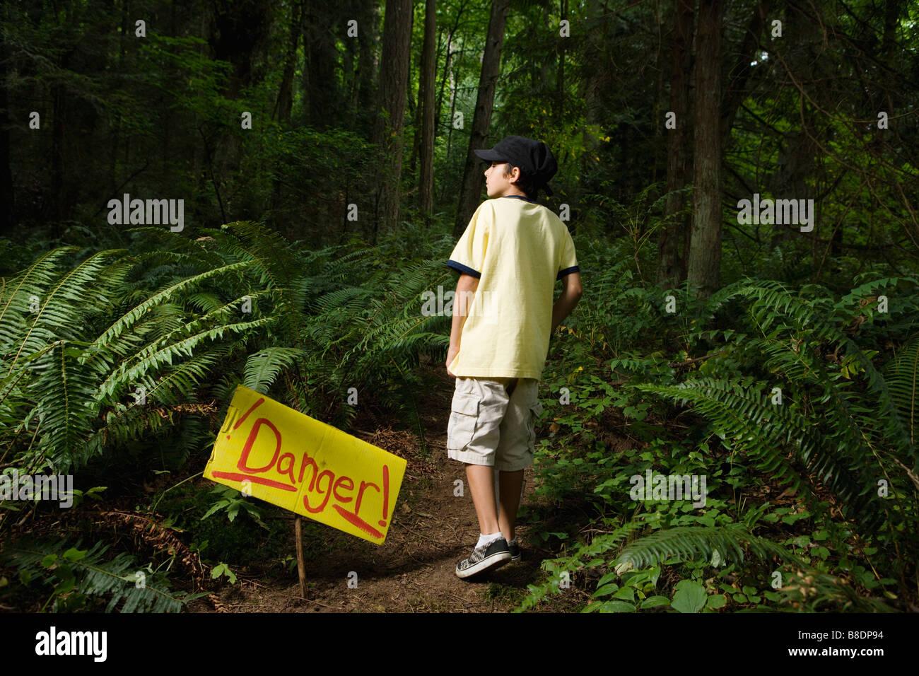 Boy von Gefahrenzeichen Stockbild
