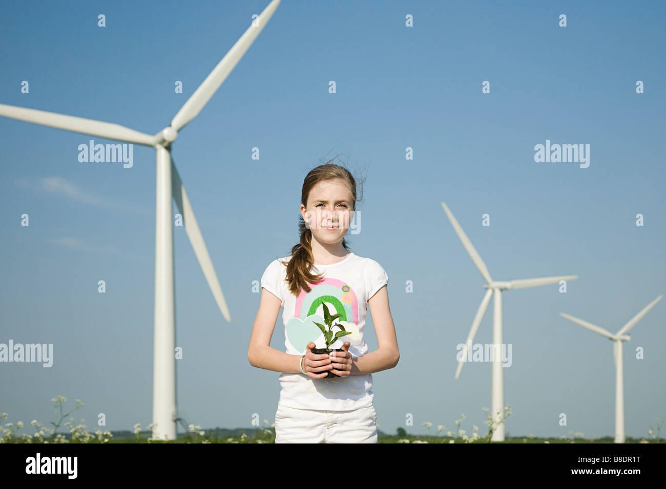 Mädchen mit Anlage von Windkraftanlagen Stockbild