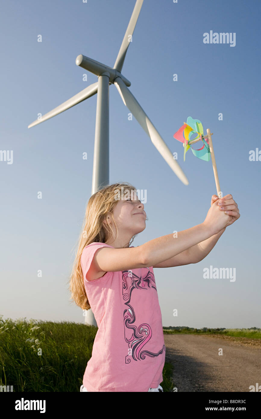 Mädchen mit Windrad von Windturbine Stockbild