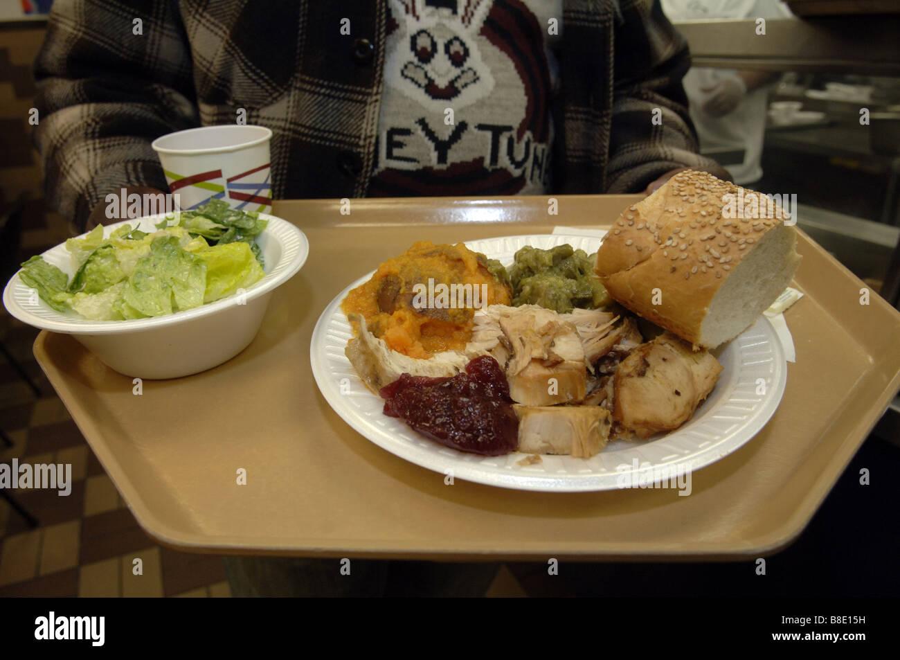 Kunden bei der Food Bank of NYC s Suppenküche im Stadtteil Harlem in ...