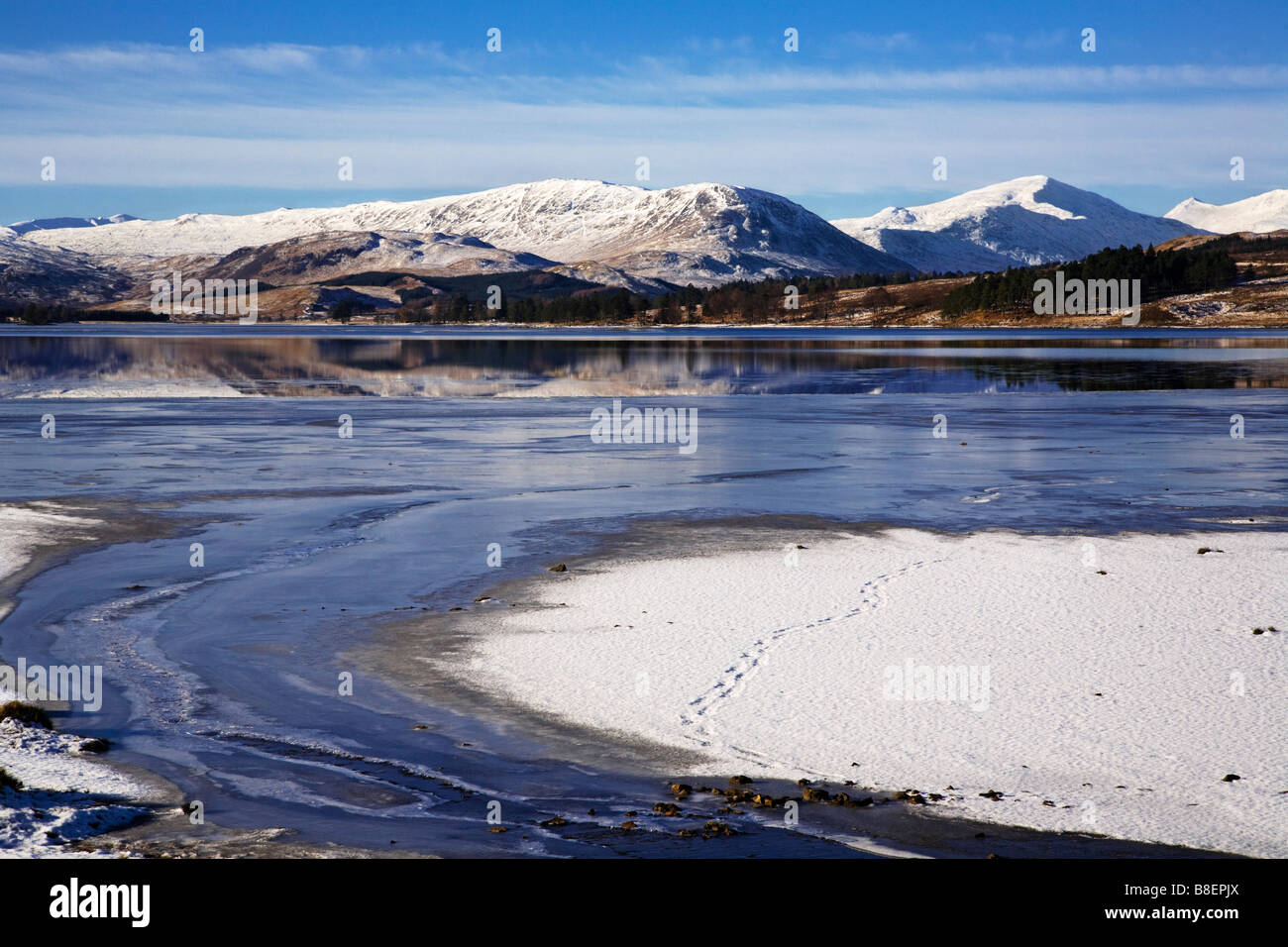 Loch Tulla teilweise gefroren im Winter Lochaber, Schottland Stockbild