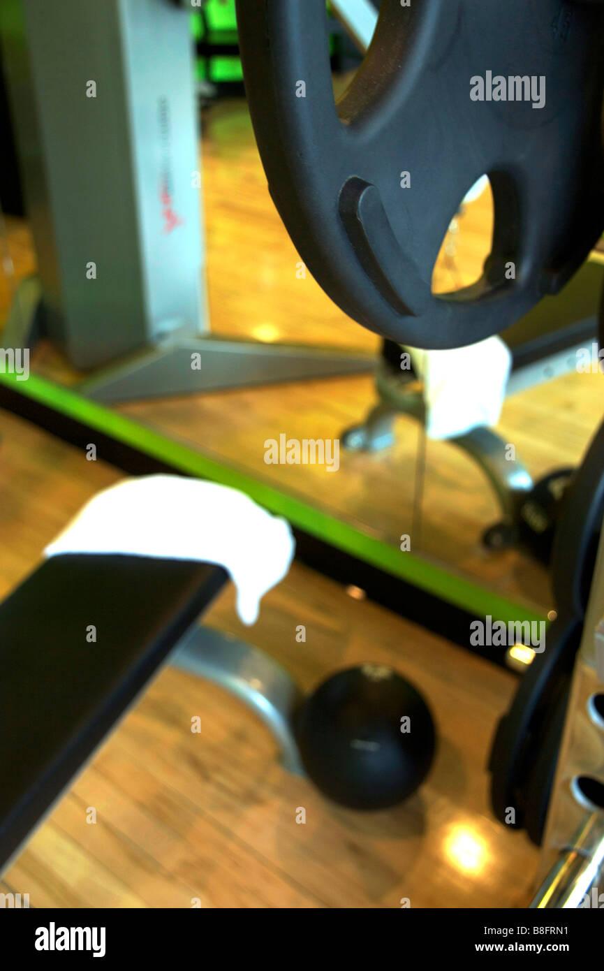 Sitzbank mit Medizinball und Handtuch von bar Glocke Gewichtssatz trainieren Stockbild