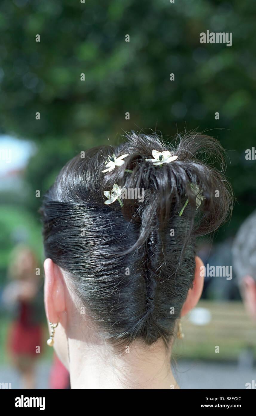 Dunkelhaarige Frau Mit Blumen In Ihrem Haar Frisur Braut