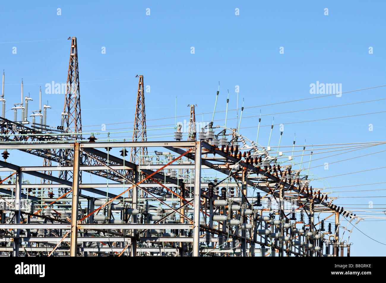 Elektrisches Umspannwerk für Übertragungsnetz mit Schalter Turm Schutzschalter Schalter und Blitzableiter Stockbild