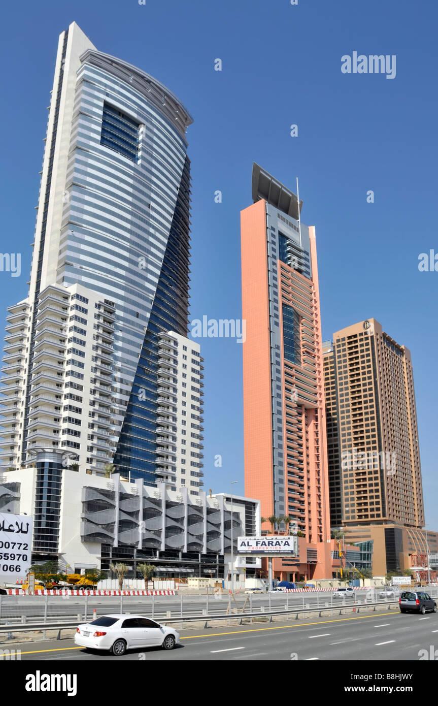 """Dubai moderne Architektur auf der """"Sheikh Zayed Road"""" mit Verkehr Stockfoto"""