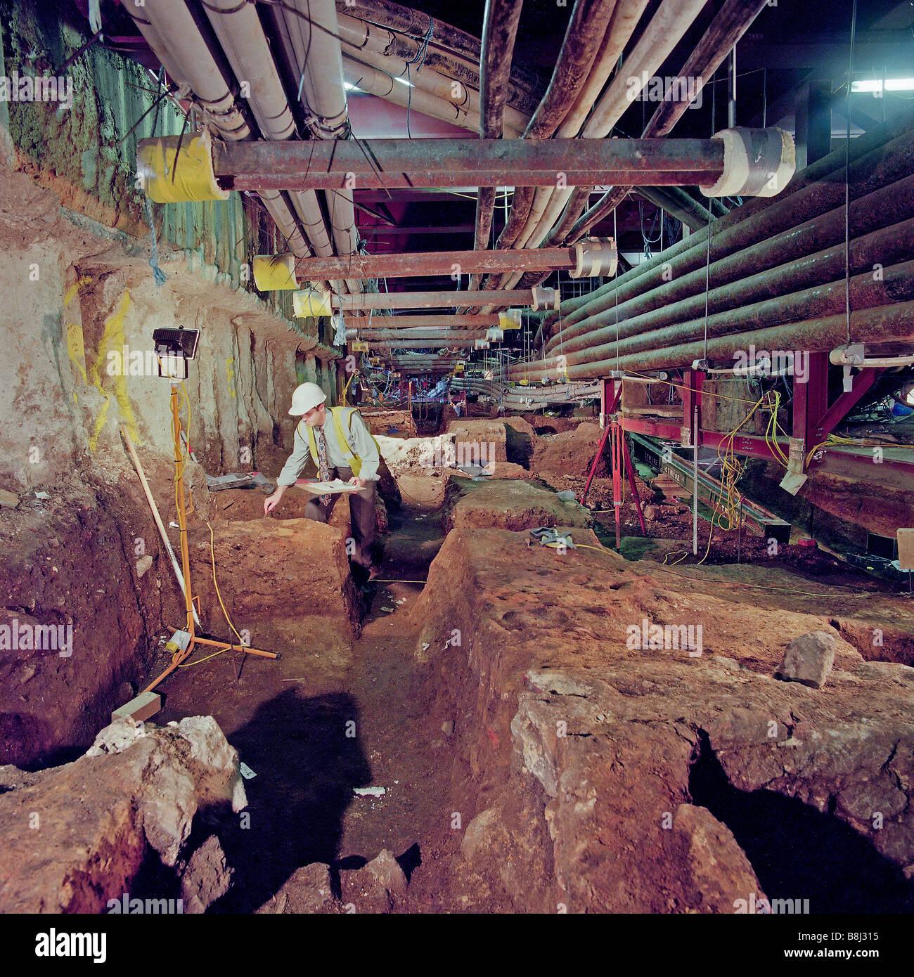 Archäologen, die ermittelnden römische Überreste gefunden neben der Jubilee Line Extension-Baustelle in der Nähe Stockfoto