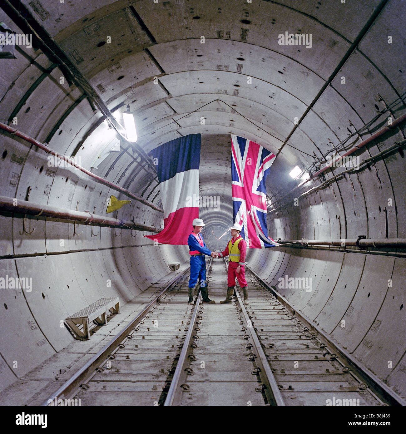 In einem Channel Tunnel Rail Tunnel französischen und britischen Ingenieur Gedenken der erstmaligen Verknüpfung Stockbild