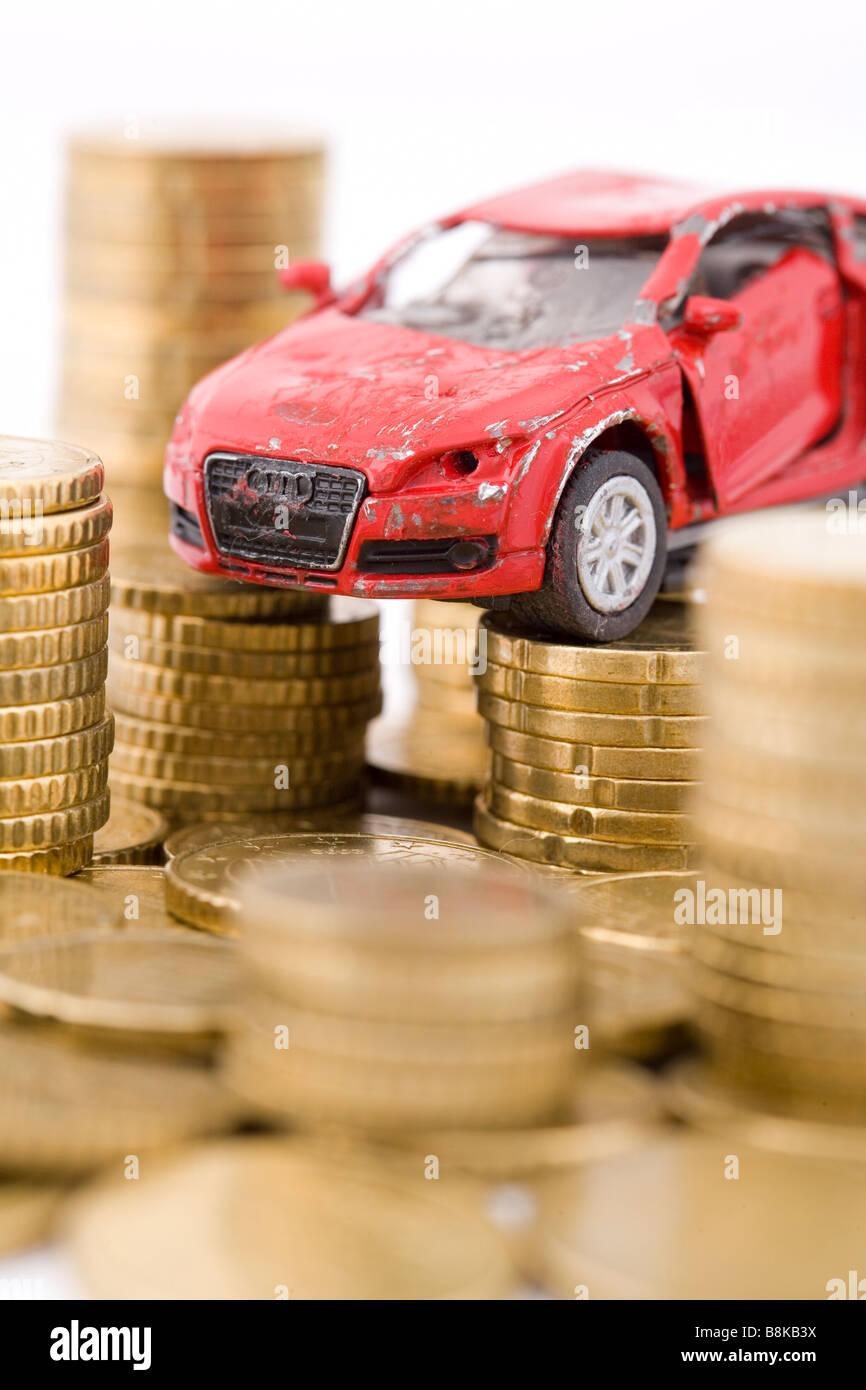 Modellauto mit Münzen gebrochen Stockbild