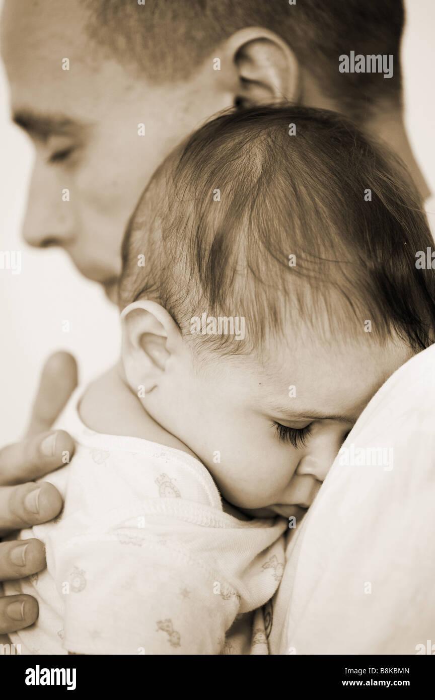 Liebevoller Vater und Schlafen baby boy. Indien Stockfoto