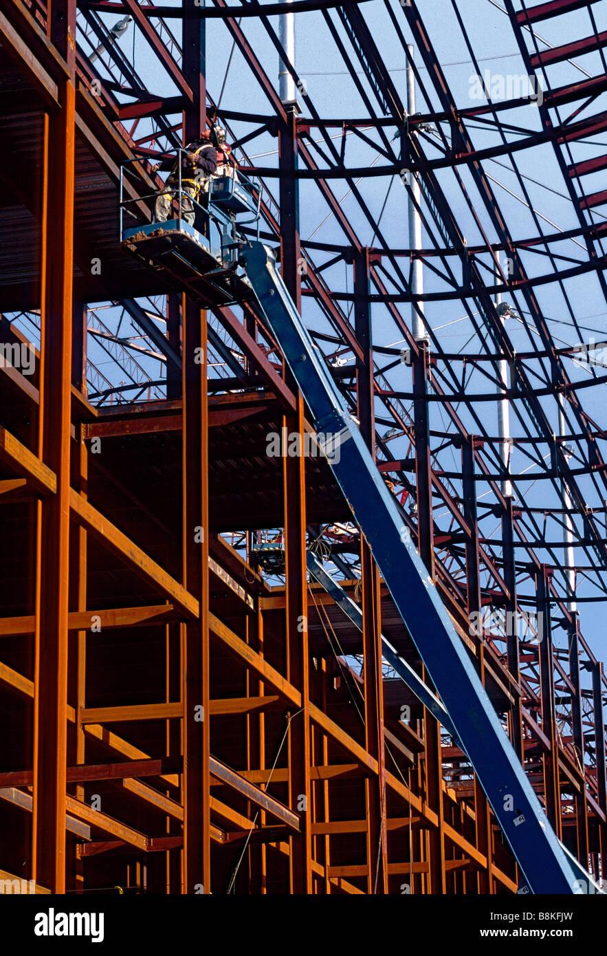 Bauarbeiter auf aerial Lift arbeiten an Stahlträger Rahmen, Detroit ...