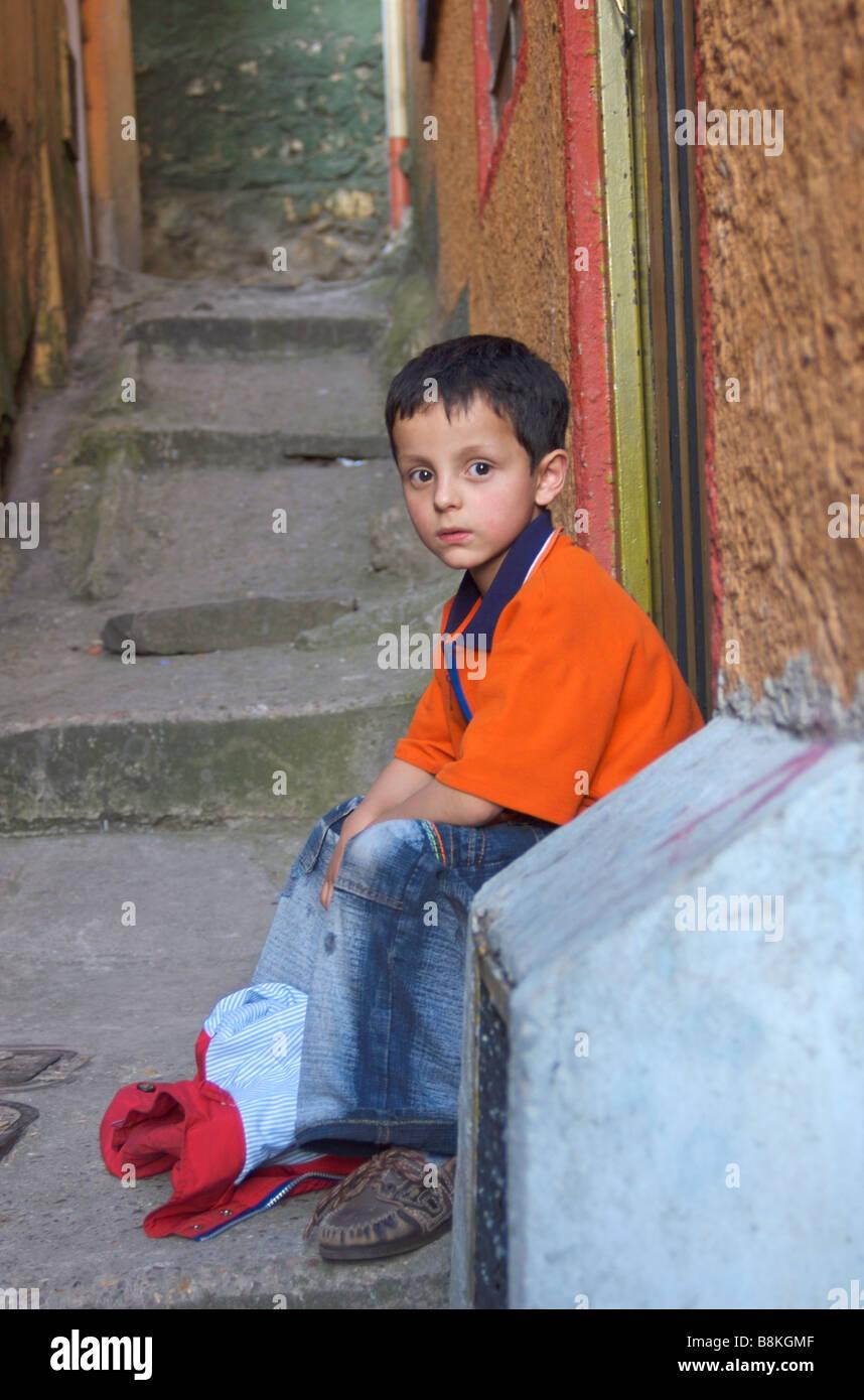 Einen traurigen, einsamen kleinen Jungen mit niemand zu spielen Stockbild