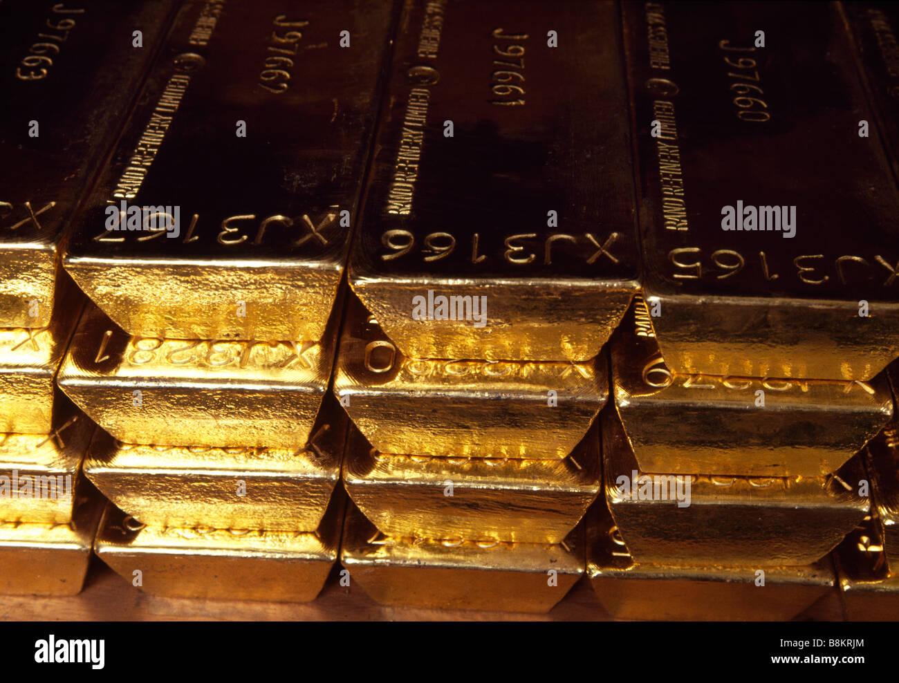 Die Bank of England u Gold Gewölbe in London Stacks von Goldbarren sind auf Ablagen angeordnet. Stockbild