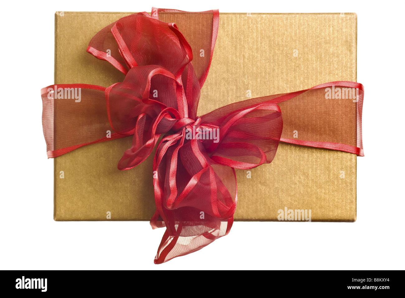 Gold Geschenk mit roter Schleife isoliert auf weißem Hintergrund Stockbild