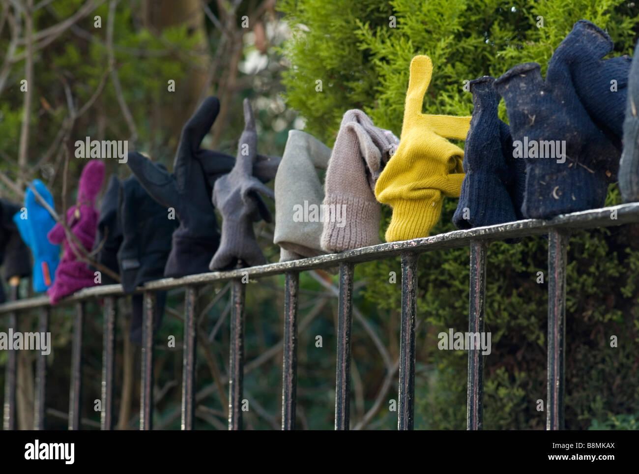 Verloren Handschuhe auf einem Geländer UK Stockbild