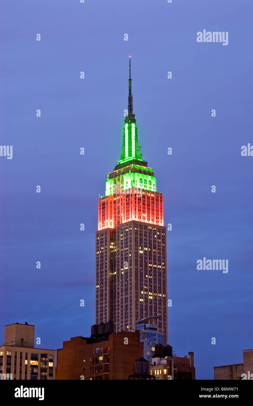 Das Empire State Building leuchtet für die Weihnachtszeit Stockbild
