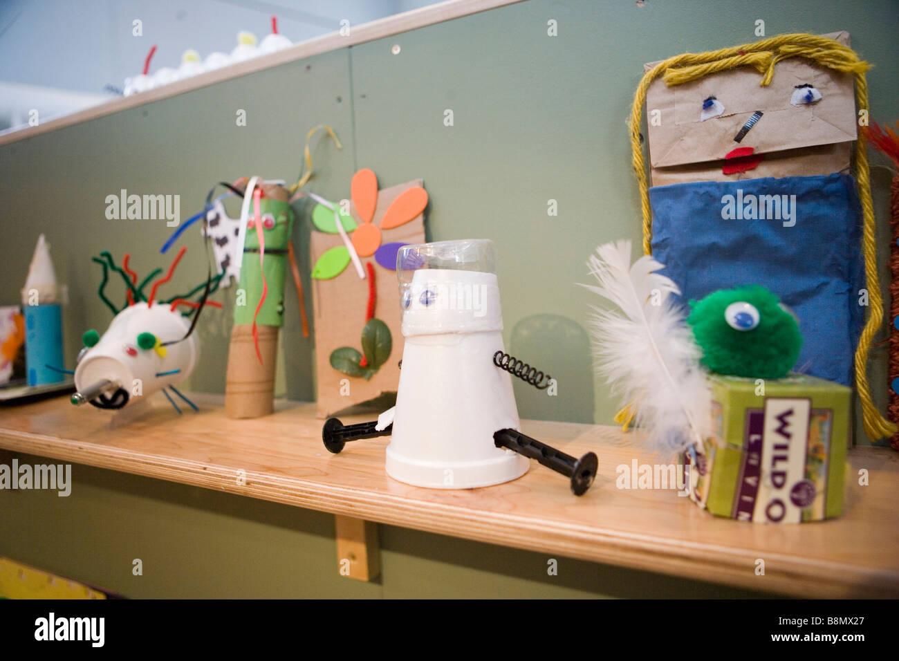 Tasche, Marionetten, Puppen und Spielzeug aus einfachen recycelten Materialien Stockbild