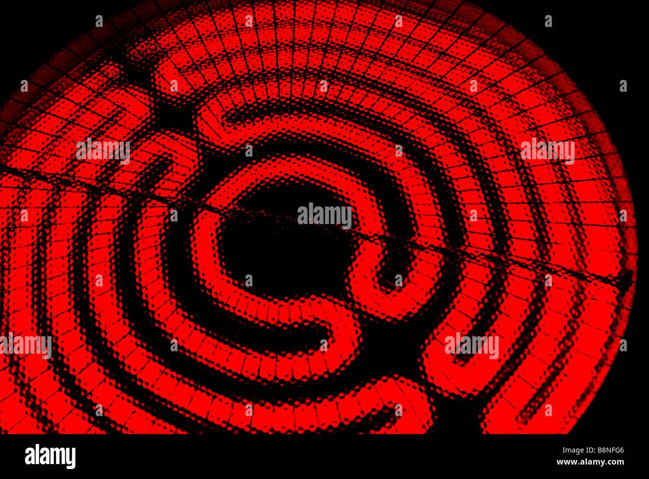 Leuchtend rot, heiß, elektrische Reichweite Kochfeld Brenner Element Heizregister. Stockbild