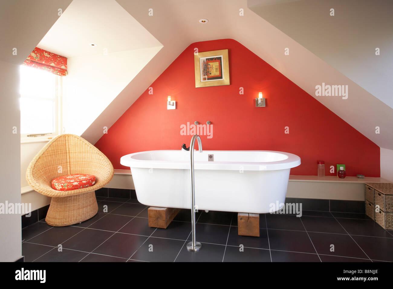 Innenausbau Badezimmer Im Dach Dachboden Mit Moderne Freistehende Badewanne  Auf Holzblöcke Schwarz Rote Wand Schiefer Boden