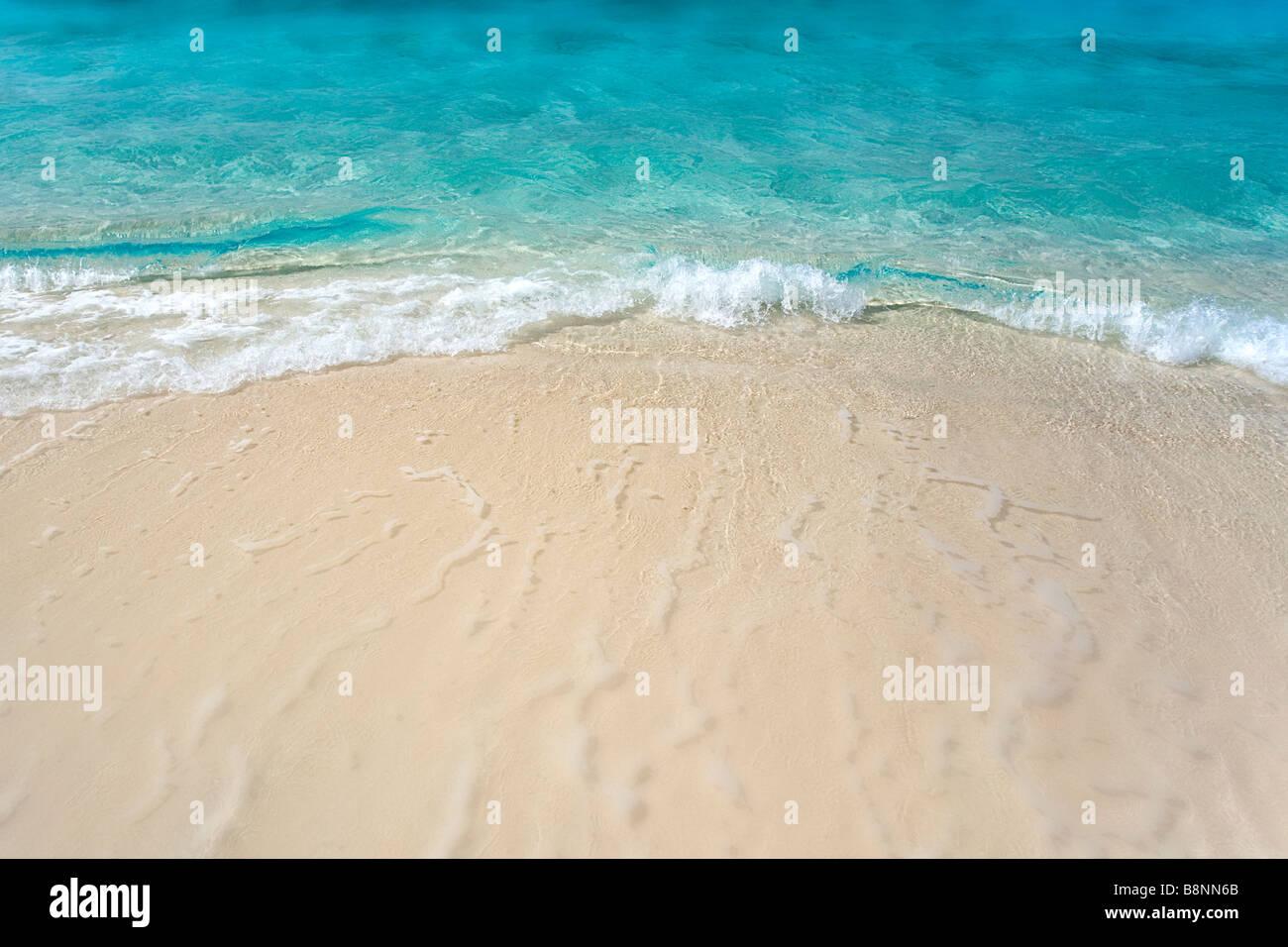 kleine Wellen an einem tropischen Strand. Stockbild