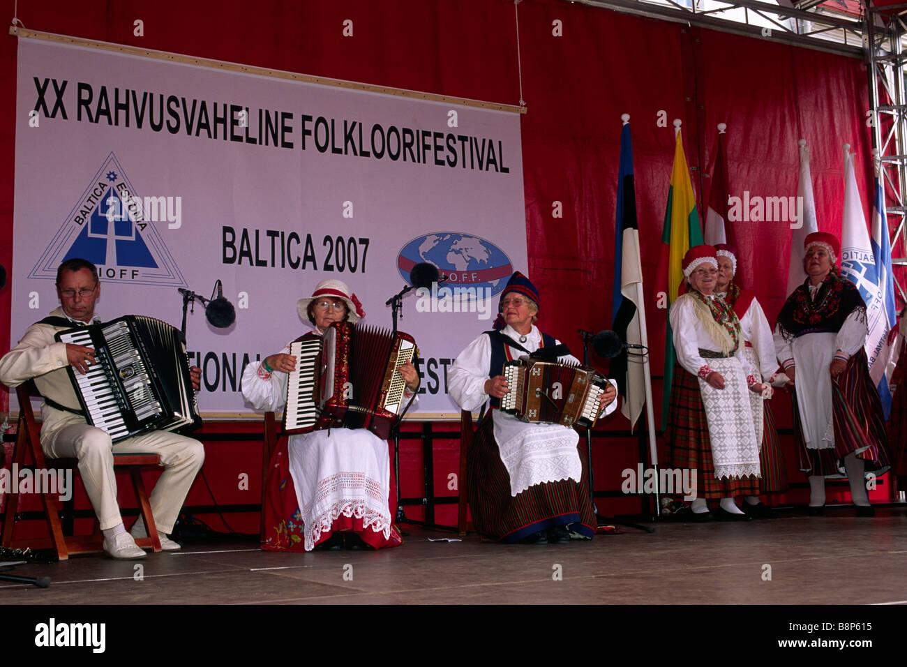 Estland, Tallinn, Raekoja bezahlt, Frauen tragen traditionelle Kleidung, Baltica 2007-Folklore-festival Stockbild
