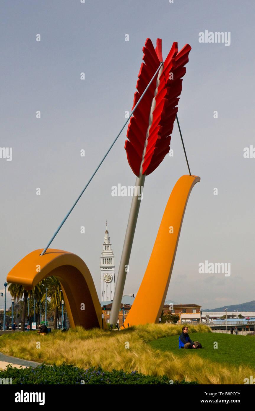 Große Skulptur in Rincon Park von Pfeil und Bogen mit Ferry Building Tower im Hintergrund Stockbild